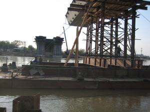 Технологические решения при строительстве мостов  надвижка с плавучей опорой