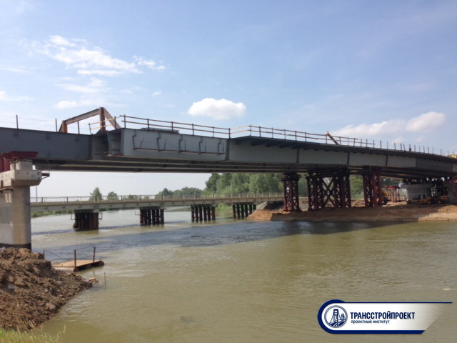 Надвигаемое пролетное строение и временный мост через старый Иртыш