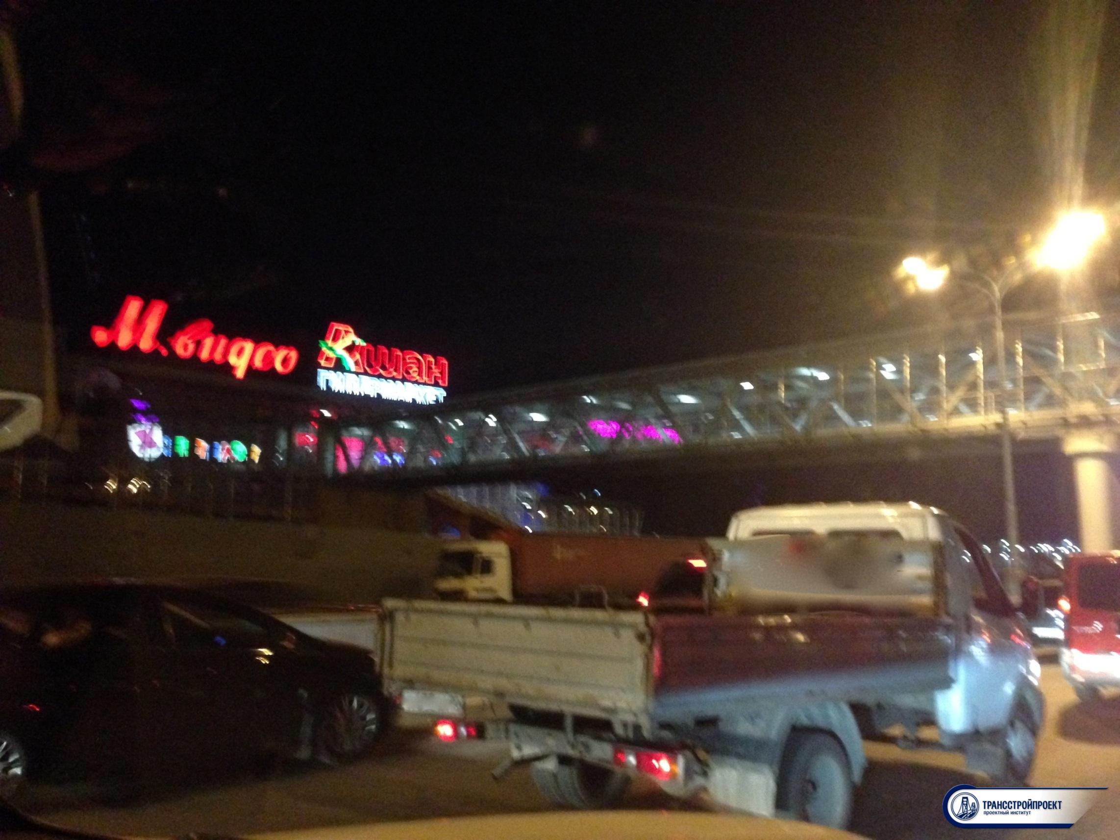 Вечерний пешеходный мост МКАД Вегас